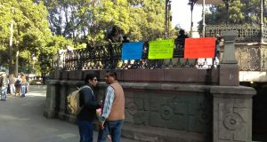 Trabajadores de salud protestan en el Zócalo.