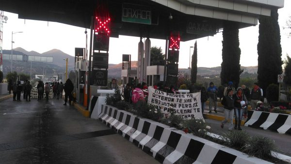 Normalistas toman caseta de Suchixtlahuaca