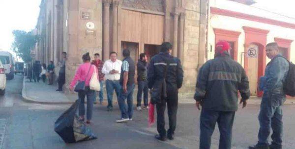 Trabajadores de Salud bloquean calle en el Centro Histórico de Oaxaca