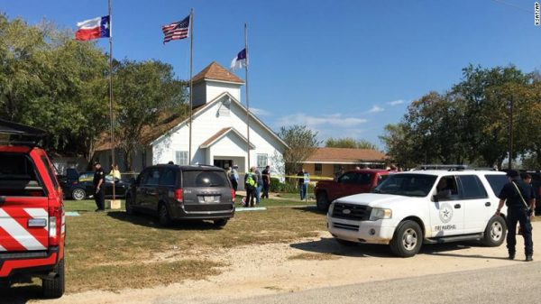 Reportan más de 20 muertos en tiroteo masivo en una iglesia de Texas