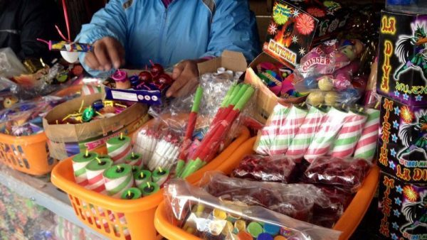 Peligrosa venta clandestina de pirotecnia en Tuxtepec