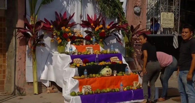 Habitantes de Juchitán ponen ofrendas en ruinas de sus casas