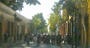 Inconformes bloquean Avenida Juarez frente a Casa Oficial