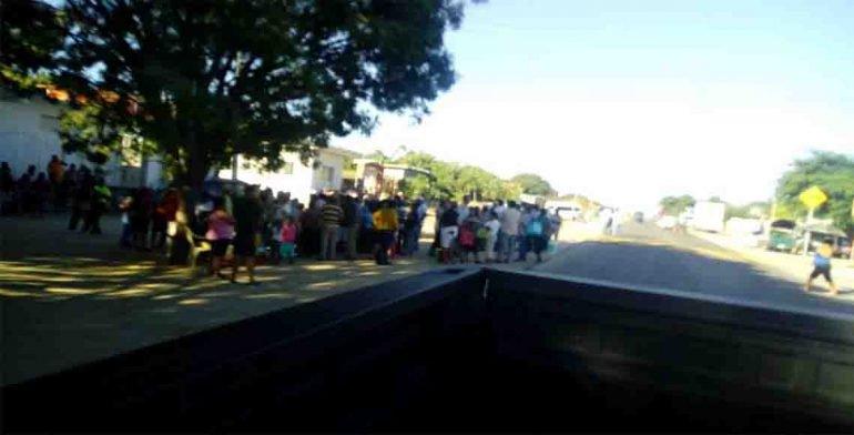 Bloquean carretera en Oaxaca para pedir apoyo a damnificados
