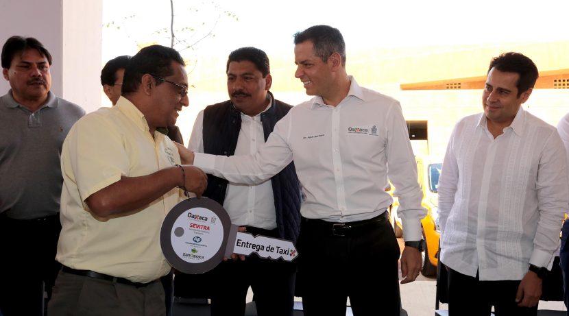 Pone en marcha Alejandro Murat Programa de Modernización de Taxis