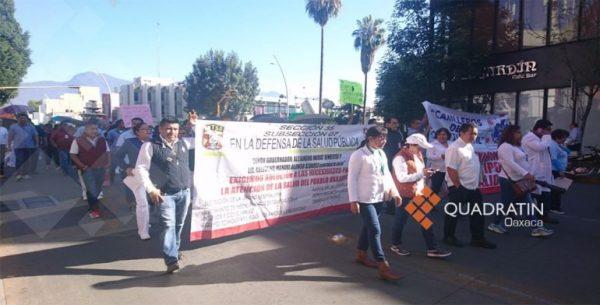 Marchan trabajadores del Hospital Civil de Oaxaca; sigue paro de labores