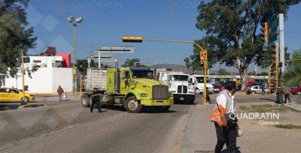 Bloquean mototaxistas crucero en la ciudad de Oaxaca