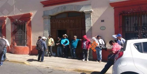 Encierran manifestantes a trabajadores de Salud en Oaxaca