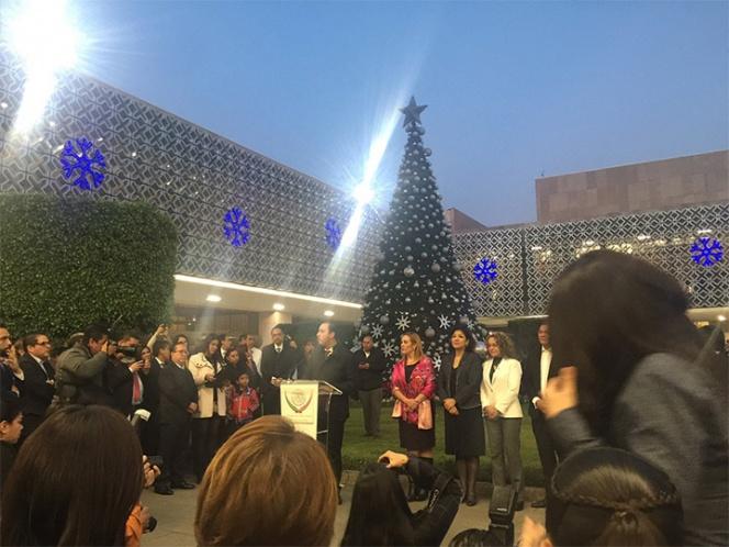 Por primera vez, diputados encienden árbol de Navidad en San Lázaro