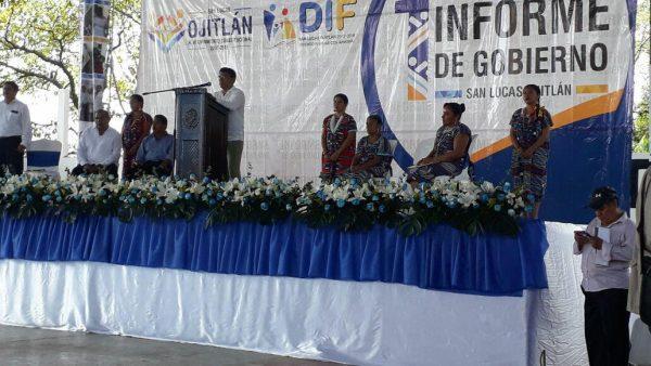 Con manifestación minoritaria en su contra y a puerta cerrada, edil de Ojitlán rinde informe