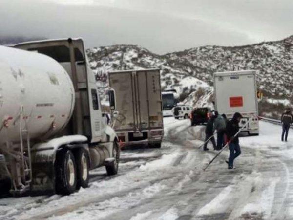 Nevadas dejan varados a cientos de automovilistas en Coahuila y Tamaulipas