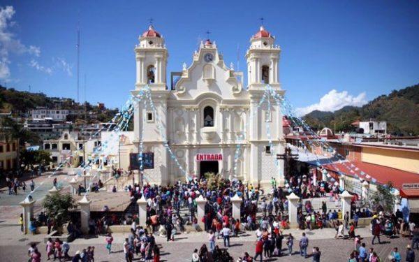 Miles acuden al Santuario de la Virgen de Juquila para venerarla