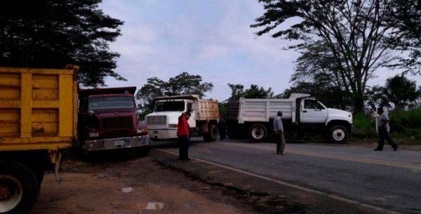 Bloquean transportistas del Istmo tránsito hacia Veracruz