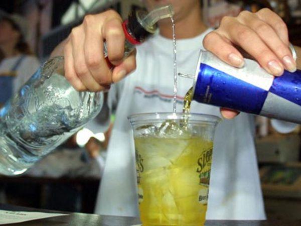 Muerte súbita, el mayor riesgo de combinar alcohol con energizantes