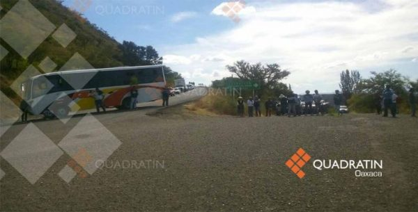 Bloquean manifestantes carretera en la Mixteca
