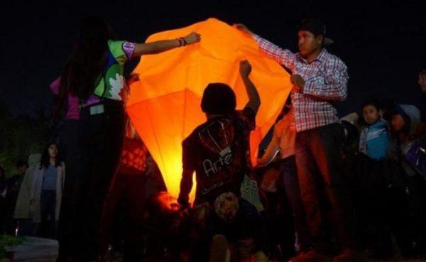 Iluminan cielo de Oaxaca con globos de cantoya