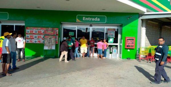 Bloquean trabajadores acceso a tienda de autoservicio en Juchitán