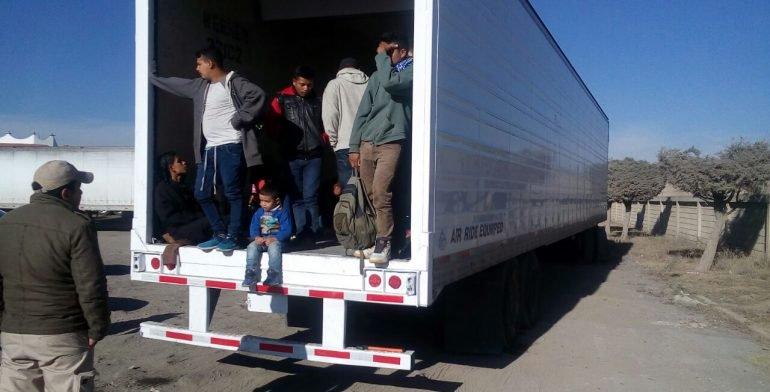 Abandonan en Puebla tráiler con 29 migrantes centroamericanos