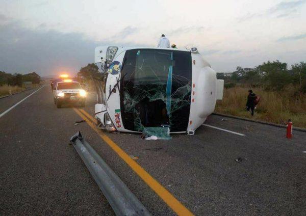 Vuelca autobús con estudiantes, hay un muerto y 26 heridos