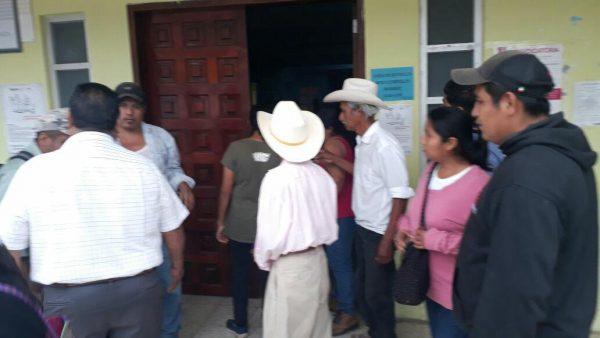 Trabajadores toman Ayuntamiento de Valle, exigen pago de nomina