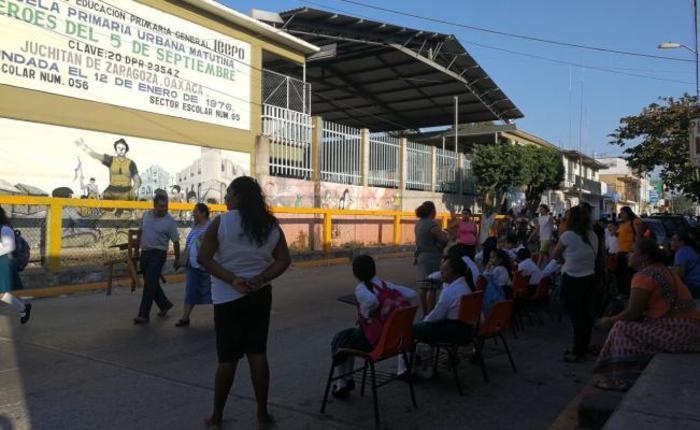 Protestan 19 escuelas de Juchitán, Oaxaca, tomando clases en la calle