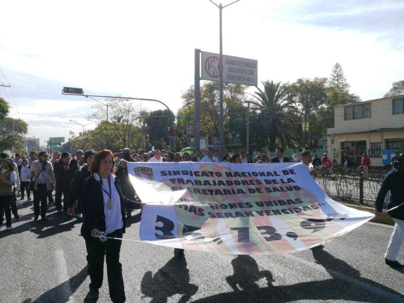 Huelguistas de salud paralizan tránsito en calles de la ciudad de Oaxaca