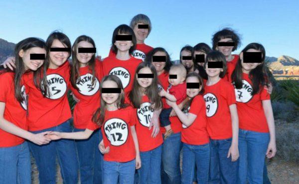 Hallan a 13 hermanos torturados y encadenados; sus padres los mantenían así