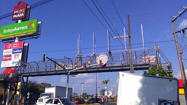 Sin medidas de seguridad, trabajadores colocan estructura en puente de Tuxtepec