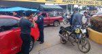 Motocicleta impacta contra vehículo, hay una menor lesionada