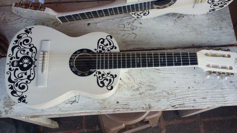 Popularidad de 'Coco' dispara venta de guitarras blancas en Michoacán