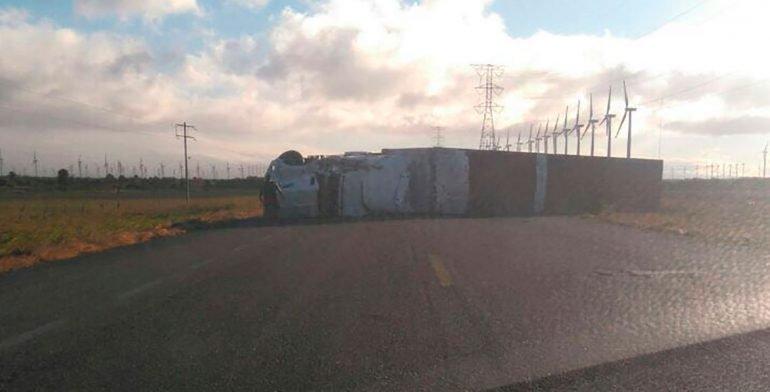 Transportistas en Oaxaca, varados por fuertes vientos