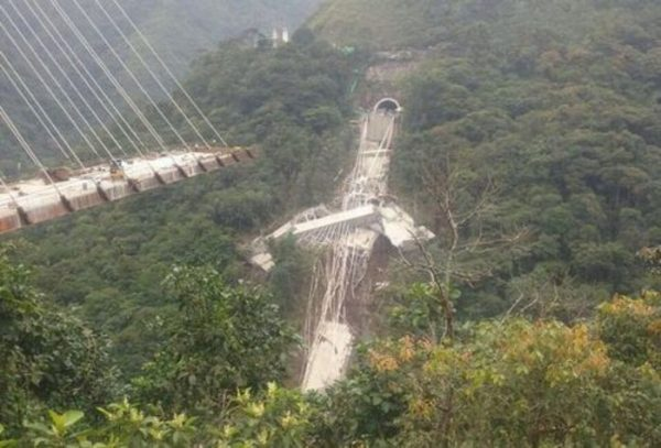 Se desploma un puente en Colombia; hay nueve muertos