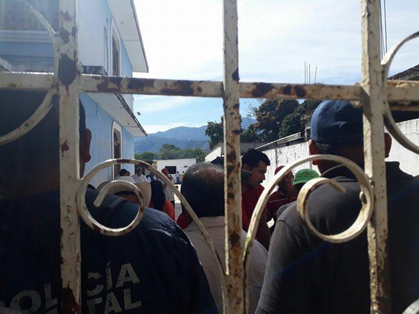 Trabajadores del Ayuntamiento de Valle, exigen pago de 2 quincenas y aguinaldos pendientes