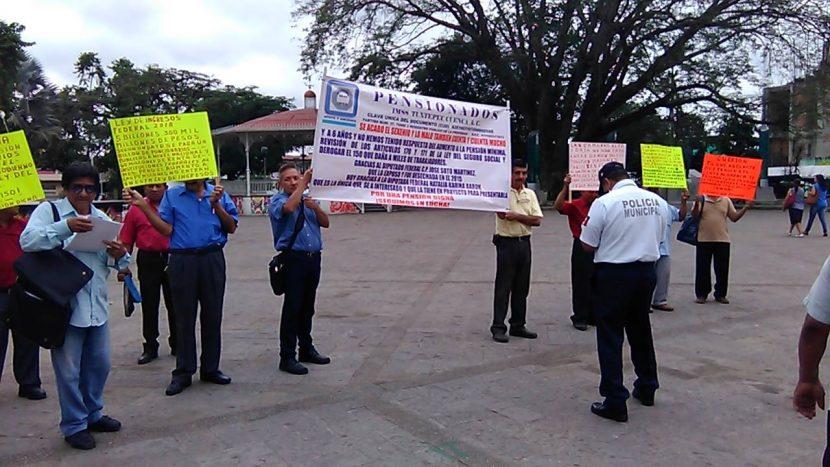 Pensionados de Tuxtepec se manifiestan frente al palacio municipal