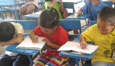 Niño lleva a su hermanita a la escuela para no perder clases y la imagen se vuelve viral