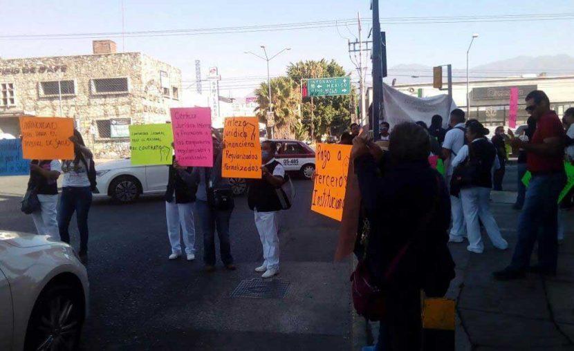 Trabajadores de salud protestan en crucero vial