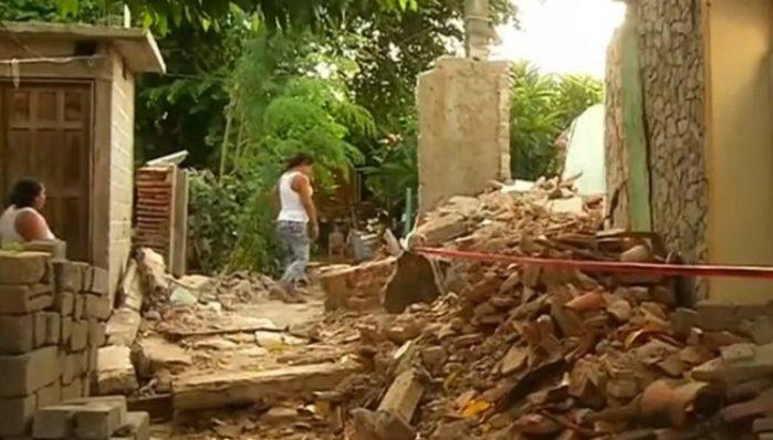 Mujeres fabrican adobes para reconstruir viviendas tras el sismo en Oaxaca