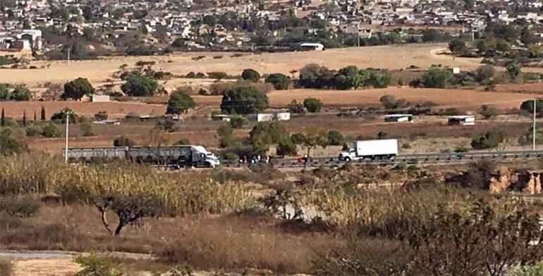 Activistas cierran carretera en Nochixtlán