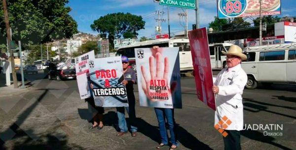 Protestan sindicalistas de salud en cruceros de Oaxaca