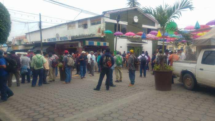 Manifestantes de Valle Nacional, sitian palacio de Tuxtepec