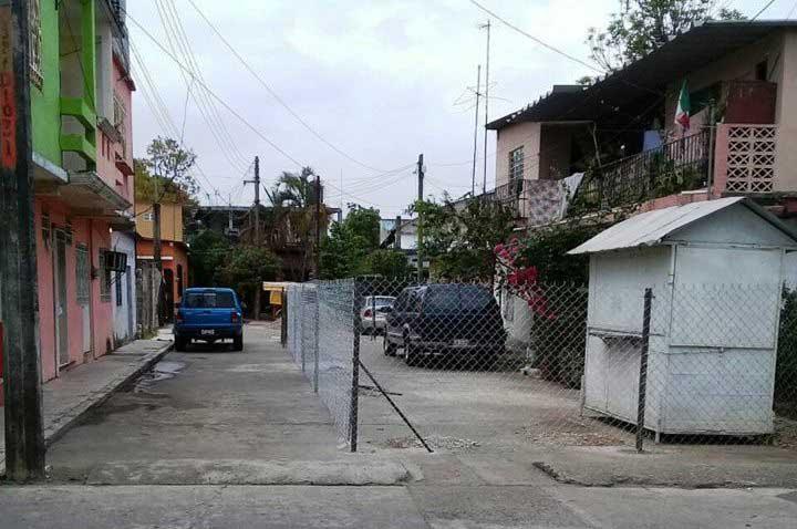 """Ejidatario """"marcó su territorio"""" en una privada de Tuxtepec, vecinos se molestan"""
