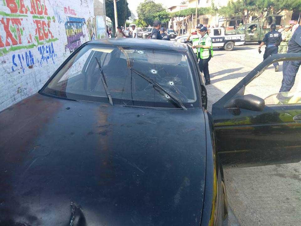 Balean a dos individuos dentro de un vehículo en Oaxaca