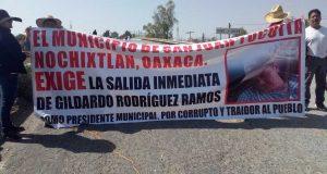 Bloqueo total en Nochixtlán, en la carretera a México