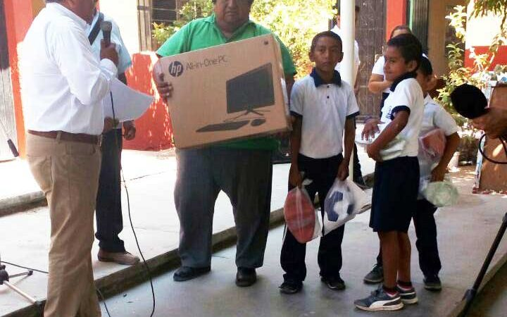 Entrega IEEPO computadoras y apoyos a escuelas del Istmo