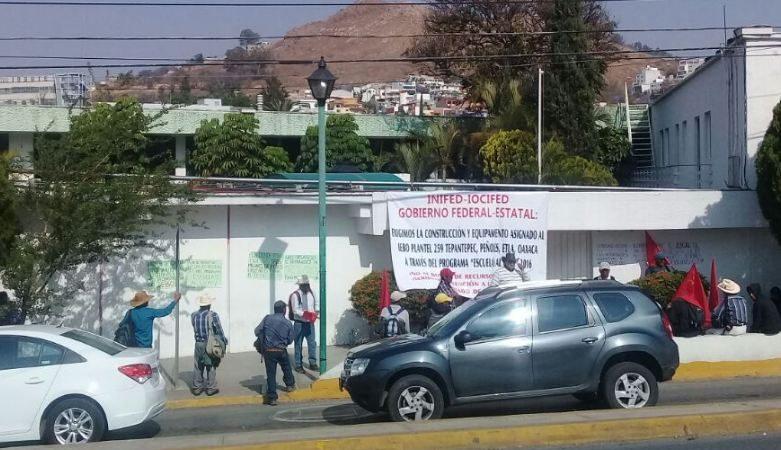 Protestan en oficinas del IOCIFED