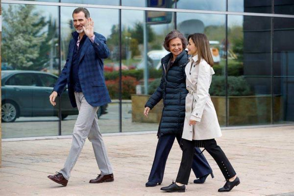 Tras escandalo, familia real española visita al Rey Juan Carlos en hospital