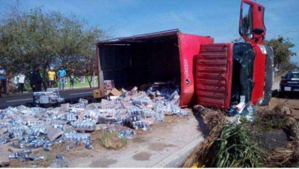 Vuelca camión repleto de cerveza en Mazatlán