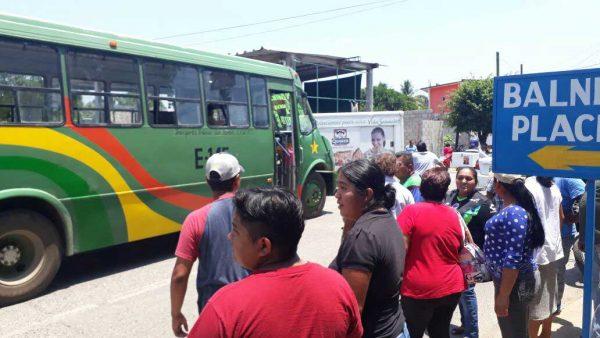 Habitantes de San Bartolo retienen una unidad del servicio urbano y bloquean acceso a la comunidad