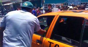 Habitantes de San Bartolo retienen dos taxis durante la madrugada, denuncian taxistas