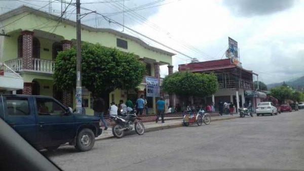 Toman palacio de Valle Nacional, piden seguimiento de pavimentación de la carretera estatal